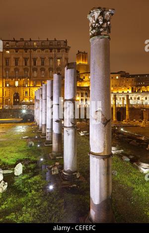 Spalten im Roman Forum beleuchtet bei Nacht - Stockfoto
