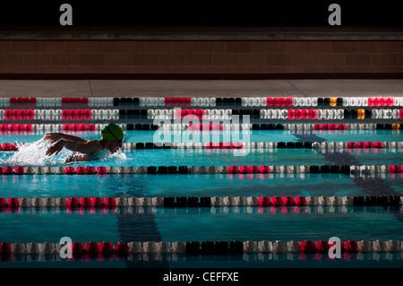 Frau schwimmen Runden im pool - Stockfoto
