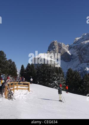 Die Sellaronda ist eine Skiroute, die rund um das massiv der Sella-Gebirgskette der Dolomiten in Italien zu Schleifen. - Stockfoto