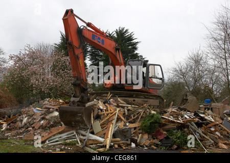 JCB schwer bewegen Bagger Bagger Abriss eines Gebäudes auf einer privaten Website im Vereinigten Königreich - Stockfoto