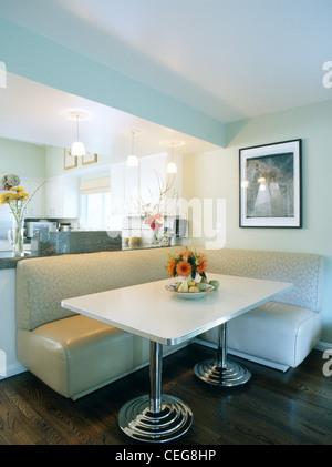 ... Creme Bankett Bestuhlung Und Weißen Rechteckigen Tisch Auf Chrombeinen  Spirale Im Modernen Speisesaal
