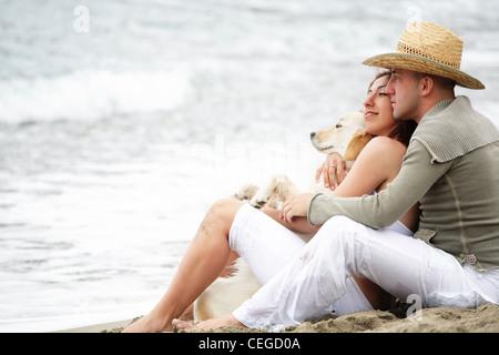 Glückliches junges Paar am Strand. - Stockfoto