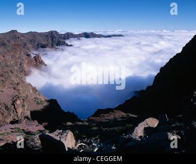 Mit Blick auf den Krater und eine Temperatur-Inversion. Der Caldera de Taburiente National Park, La Palma, Kanarische - Stockfoto