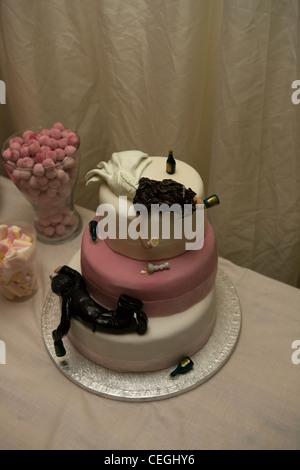 Hochzeitstorte mit betrunkenen Braut und Bräutigam zahlen - Stockfoto