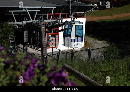 Spinale Sesselbahn Station mit Seilbahn im italienischen Skigebiet Madonna di Campiglio - Stockfoto