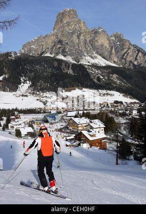 Skifahrer auf der Piste oberhalb von Corvara in den Dolomiten - Stockfoto