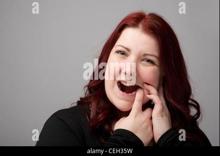 Kastanienbraunen Haare Kaukasische Frau an schmerzhafte Zähne Zahnschmerzen oder Schmerzen leiden Zahnfleisch Zahn - Stockfoto