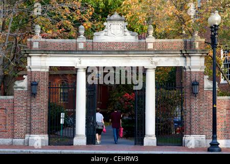 Das Straus Tor in Harvard Yard, der historische Kern des Campus der Harvard University in Cambridge, MA. - Stockfoto