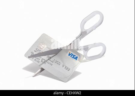 Schere zerschneiden eine Visa-Kreditkarte - Stockfoto