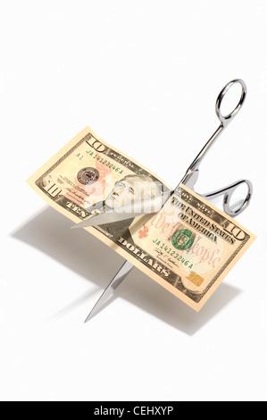 Schere zerschneiden eine 10-Dollar-banknote - Stockfoto