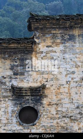Eine chinesische Hui-Stil-Wohnhaus texturiert hohe weiße Wand und schwarzem Dach mit abgestuften design - Stockfoto