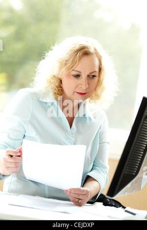 Frau bei der Arbeit - Stockfoto