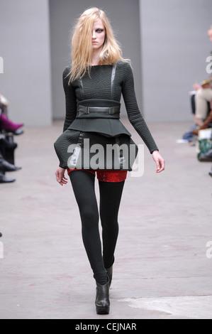 ... Texturierte skulpturierten kurze graue Kleid mit Gürtel, rote Hose,  dunkle graue Strumpfhosen und Stiefeletten 726c0e3d86