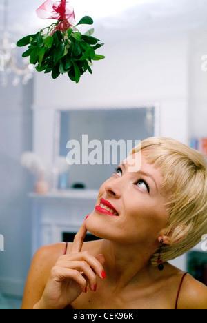 semi profil von frau mit kurzen blonden haaren tragen. Black Bedroom Furniture Sets. Home Design Ideas