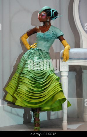 Paris Haute Couture DiSpring Sommer Modell Debra Shaw tragen Türkis Pillbox Hut Kunststoff Streifen und pinnt Verkapselung - Stockfoto