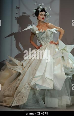 Paris Haute Couture DiSpring Sommer Model Shalom Harlow tragen Diamanten Blüte Haarnadeln und Ohrringe weiß trägerlosen - Stockfoto