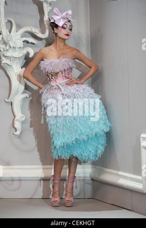 Paris Haute Couture DiSpring Sommer Modell Inguna Butan tragen lila, die schwere gefalteten Hut bunt machen, trägerlos - Stockfoto