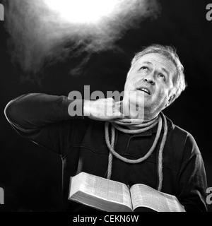 Mann mit Bibel und versuchen, das Seil vom Hals zu lösen (O Jerusalem: dich selbst aus den Banden des dein Hals - Stockfoto
