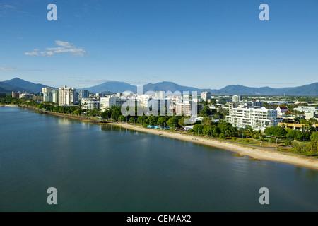 Blick entlang der Esplanade zum Stadtzentrum. Cairns, Queensland, Australien - Stockfoto
