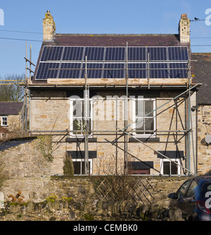 Solar-Panels auf der südlichen Aspekt eines Hauses in Yorkshire installiert wird. Arbeiten durchgeführt, im Februar 2012. Stockfoto