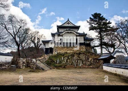 Japan, Takahashi. Bitchu Matsuyama Schloss. Tenshu, der Bergfried. Sonnenschein, blauer Himmel, weiße Wolken. Honmaru - Stockfoto