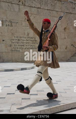Ein Mitglied der Evzonen oder der Präsidentengarde, bewachen das griechisch-Grab des unbekannten Soldaten und den - Stockfoto