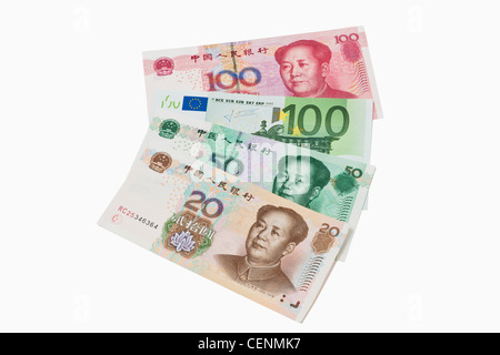 20, 50 und 100 Yuan Bill mit dem Porträt von Mao Zedong. In der Mitte liegt ein 100 Euro-Schein. Renminbi ist die - Stockfoto