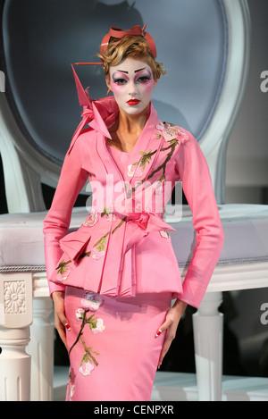 Paris Haute Couture DiSpring Sommer Model Anja Rubik blonde Haare verdreht am Kopf trägt Lachs rosa Haarnadeln und - Stockfoto