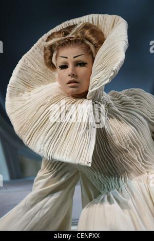 Paris Haute Couture DiSpring Sommer Modell Hana Soukupova wieder blonde Haare gewellt gebunden ausgefranste weiße - Stockfoto