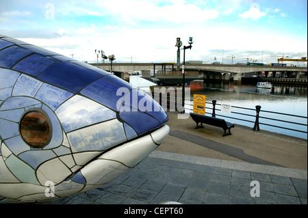 Die Lachse des Wissens Keramik Fisch Skulptur in Belfast. - Stockfoto
