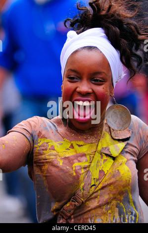 Porträt eines Mädchens genießen die jährliche Notting Hill Carnival. - Stockfoto
