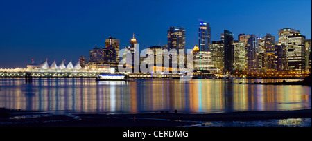 Vancouver BC Kanada City Skyline Reflexion im blauen Stunde Panorama - Stockfoto