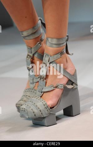 Bei Leder Fesselriemchen Paris Haute Couture DiSpring Sommer Nahaufnahme von Mofel tragen graue Leder Plateauschuhe - Stockfoto