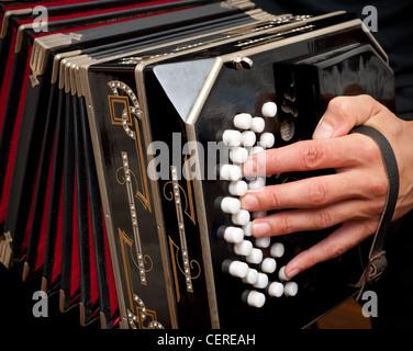 Spielen Sie das Bandoneon, traditionellen Tango Instrument, Argentinien. - Stockfoto
