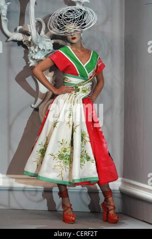 Paris Haute Couture DiSpring Sommer Modell Hilary Rhoda tragen weiße ❤ Stroh Martini Hut kurzen Ärmeln V Hals New - Stockfoto
