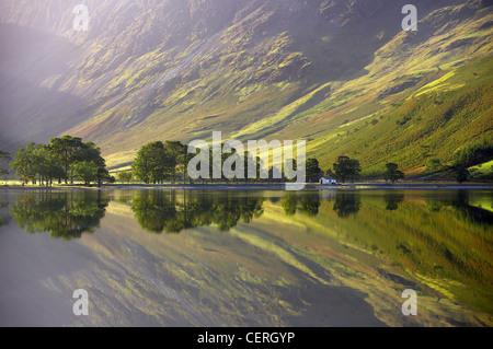 Reflexionen über die Ufer Buttermere bei Dämmerung, Cumbria, Lakes District, Cumbria, England, UK - Stockfoto