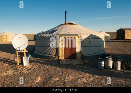 nomadische Gers bei Sonnenaufgang in der Wüste Gobi in der Mongolei