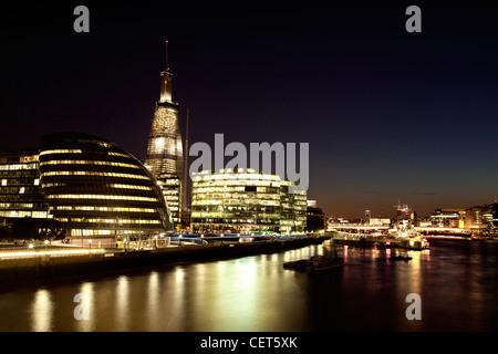 Das Südufer der Themse von Westminster Bridge bei Nacht fotografiert - Stockfoto
