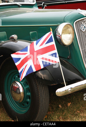 Oldtimer mit Union Jack-Flagge beim Goodwood Revival. - Stockfoto