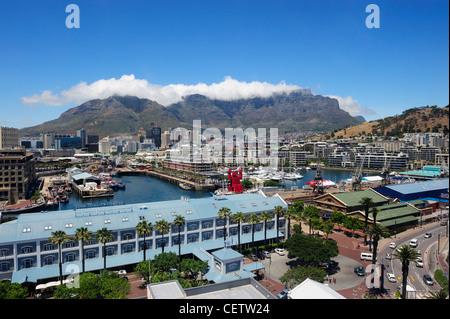 Luftaufnahme des Victoria & Alfred Waterfront Komplex mit dem Tafelberg im Hintergrund, Cape Town, Western Cape, - Stockfoto