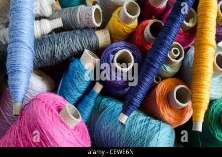 Walzen von Farbe Threads. - Stockfoto