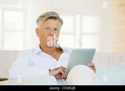 Senior woman mit digital-Tablette - Stockfoto