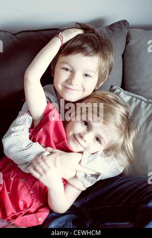 Junge Geschwister umarmen, Porträt - Stockfoto