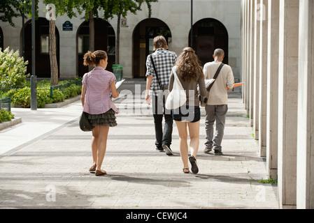Studenten der Universität zu Fuß auf dem Campus, Rückansicht - Stockfoto