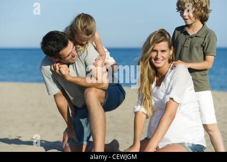 Familie zusammen zu spielen, am Strand - Stockfoto