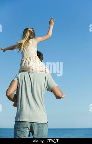 Vater mit Tochter auf seinen Schultern, Rückansicht - Stockfoto