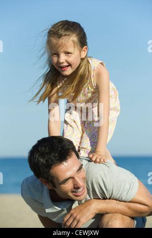 Kleines Mädchen balancieren auf ihren Vater zurück - Stockfoto