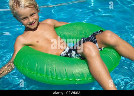 Entspannen Sie sich auf Schwimmen im Pool Boy - Stockfoto