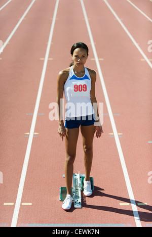 Weibliche Läufer am Start, Porträt - Stockfoto