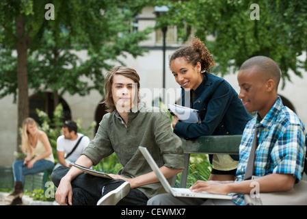 Studenten auf dem campus - Stockfoto